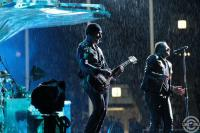 Боно и Эдж с мокрой гитарой